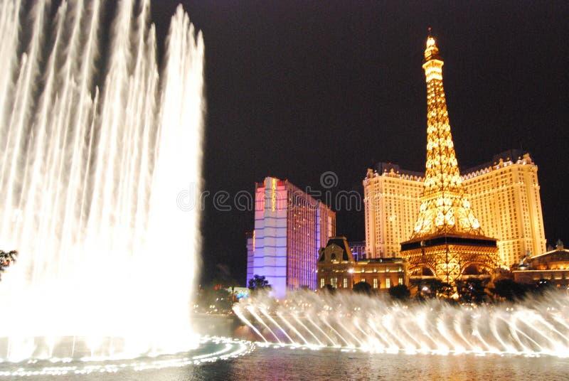 Гостиница Парижа и казино, Лас-Вегас, ориентир ориентир, ноча, фонтан, характеристика воды стоковое изображение rf