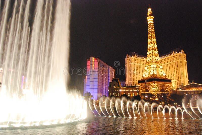 Гостиница Парижа и казино, Лас-Вегас, ориентир ориентир, фонтан, ноча, характеристика воды стоковое изображение rf