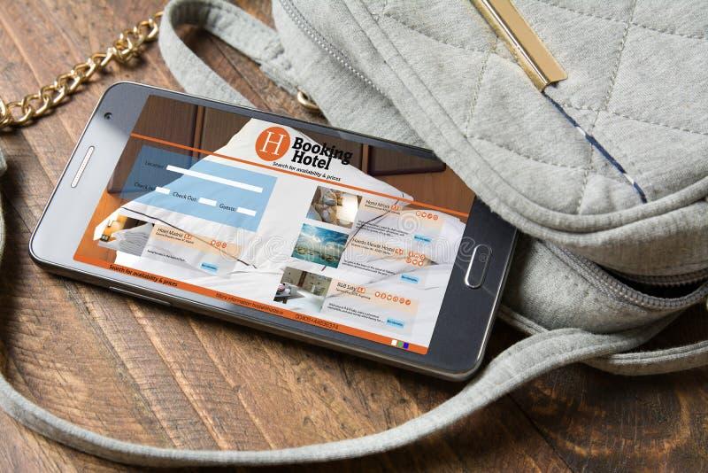 Гостиница резервирования онлайн, smartphone Принципиальная схема перемещения и туризма стоковое фото rf