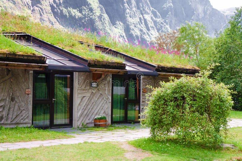 Гостиница с крышей и панелями солнечных батарей травы стоковая фотография