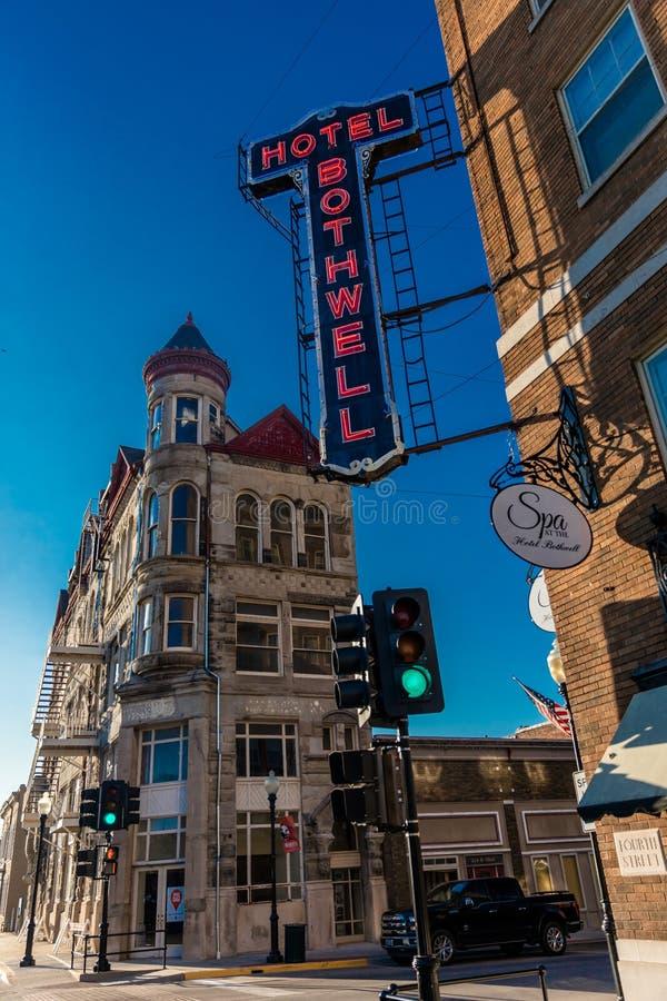 Гостиница Bothwell гостиницы и курорт, Sedalia, Миссури показывают винтажную американскую архитектуру и неоновую вывеску стоковые изображения