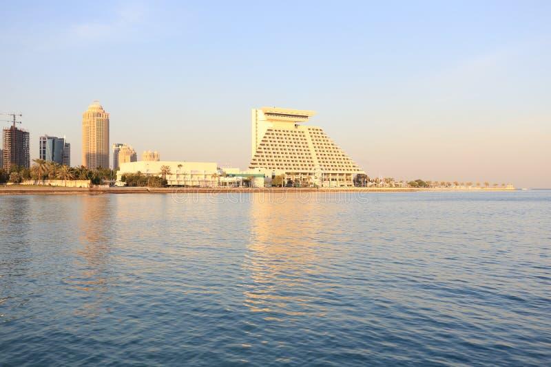 Гостиницы Дохи на заходе солнца стоковое изображение rf