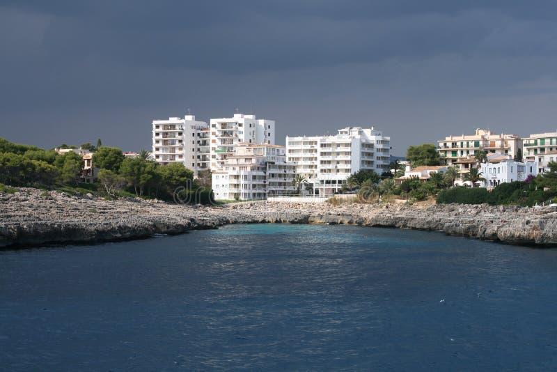 гостиницы приближают к морю стоковые изображения rf