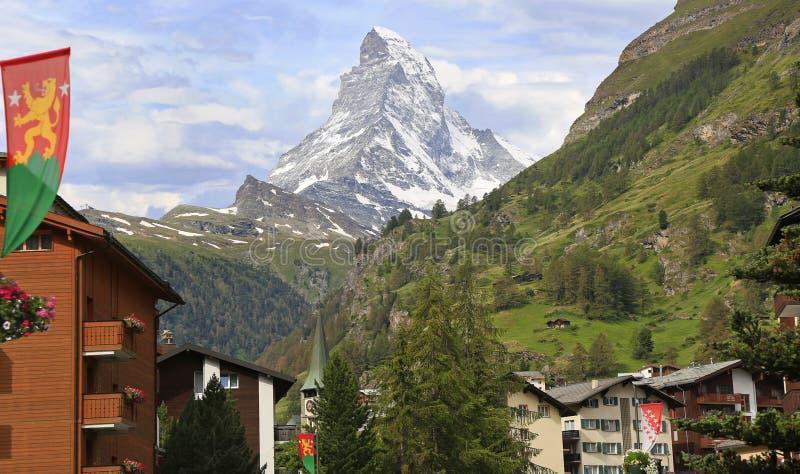 Гостиницы Zermatt, башня церков с Маттерхорном на предпосылке стоковое изображение rf