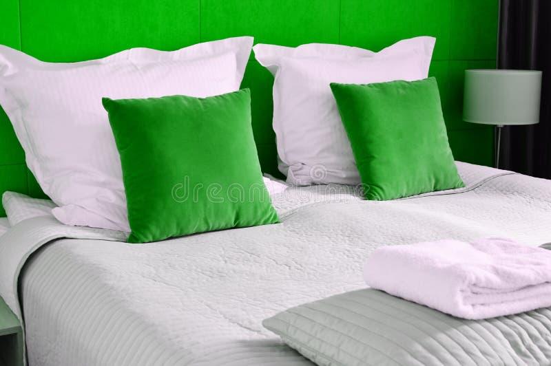 гостиничный номер кровати двойной аккомпанименты стоковое изображение
