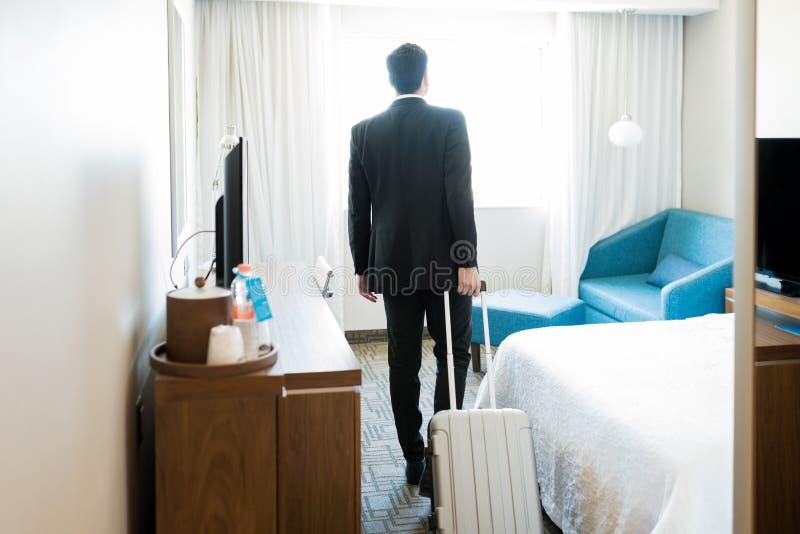 Гостиничный номер менеджера входя в с багажом стоковые изображения rf