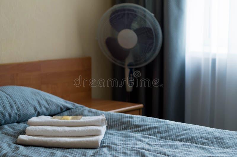 Гостиничный номер На кровати 3 полотенца, мыло, шампунь, гель ливня стоковое изображение rf