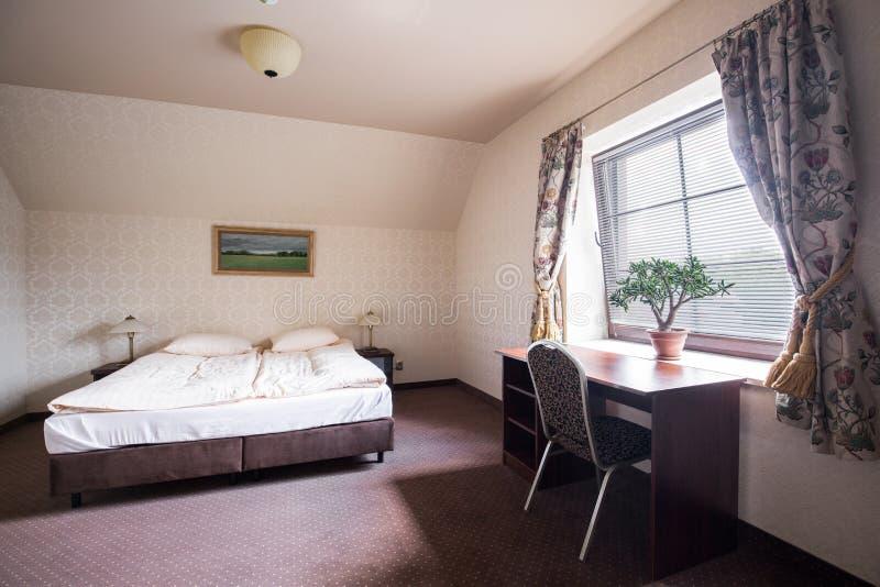 Гостиничный номер с двуспальной кроватью стоковое изображение