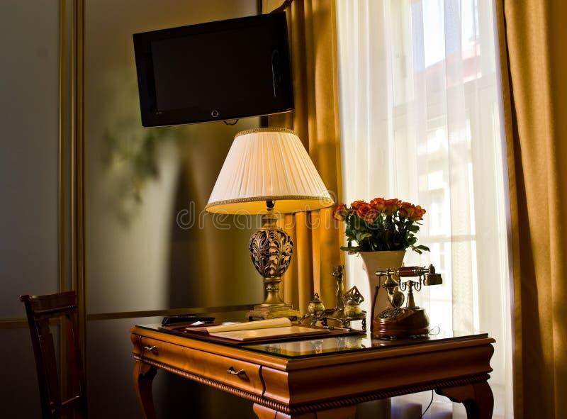 гостиничный номер tv стола стоковая фотография rf