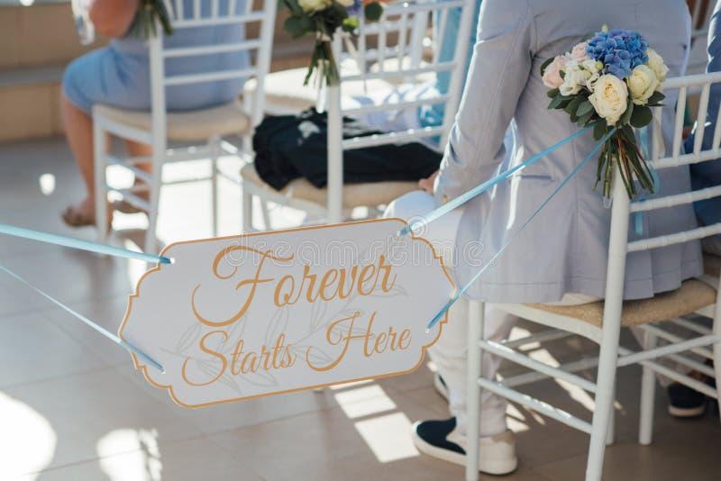 Гости ждут жениха и невеста на свадебной церемонии на острове Santorini стоковые фото