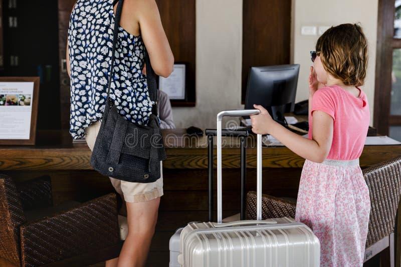 Гости проверяя внутри в гостиницу стоковые изображения rf