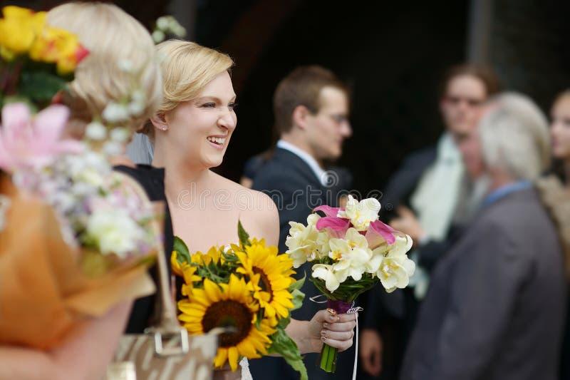 Гости свадьбы провозглашать жених и невеста стоковая фотография