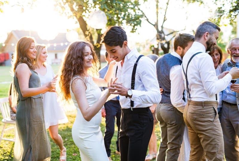 Гости танцуя на приеме по случаю бракосочетания снаружи в задворк стоковое изображение