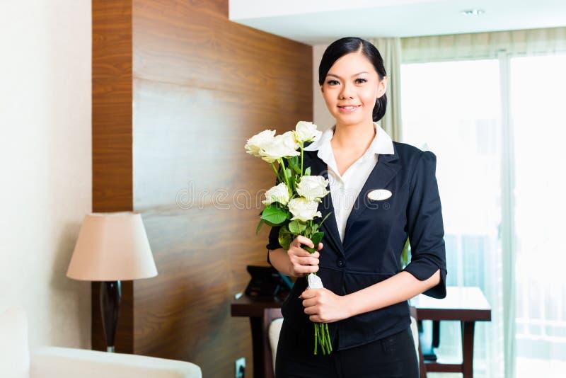 Гости VIP азиатских китайских гостеприимсв менеджера отеля приезжая стоковое изображение