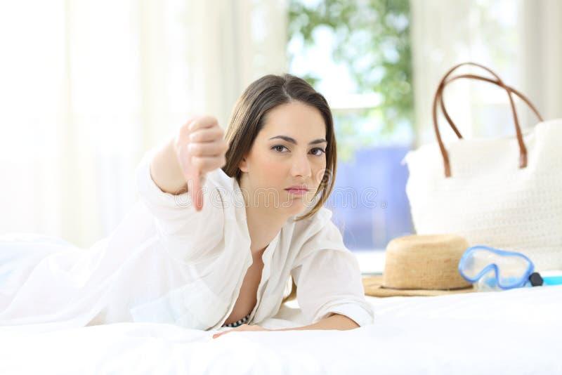 Гость гостиницы ненавистника сердитый показывать большие пальцы руки вниз стоковое изображение