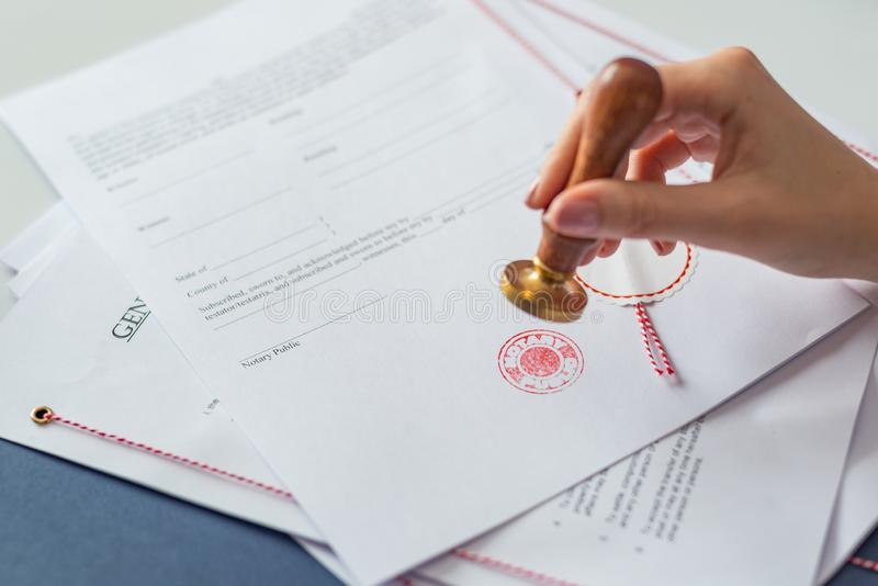 Государственный нотариус утверждая документ стоковое изображение