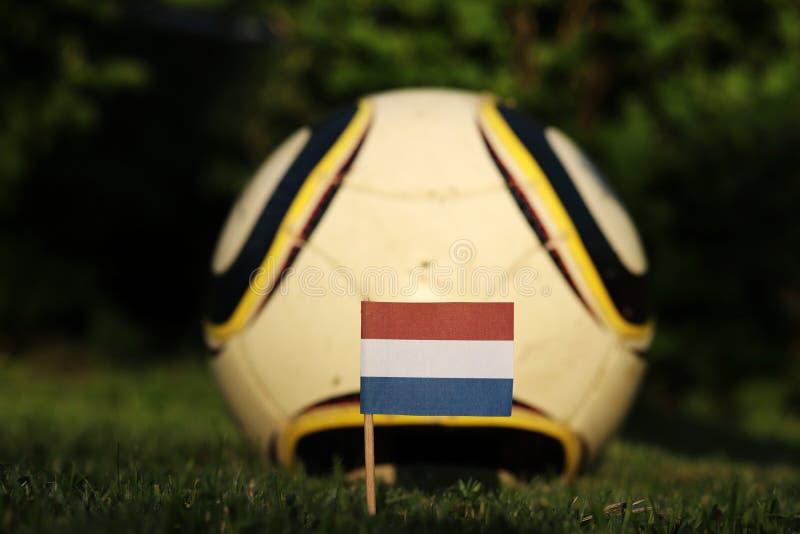 Государственный символ несерландов, заколотых в игровую площадку и на заднем футбольном поле, выглядит лучше Чемпионат мира по фу стоковые изображения