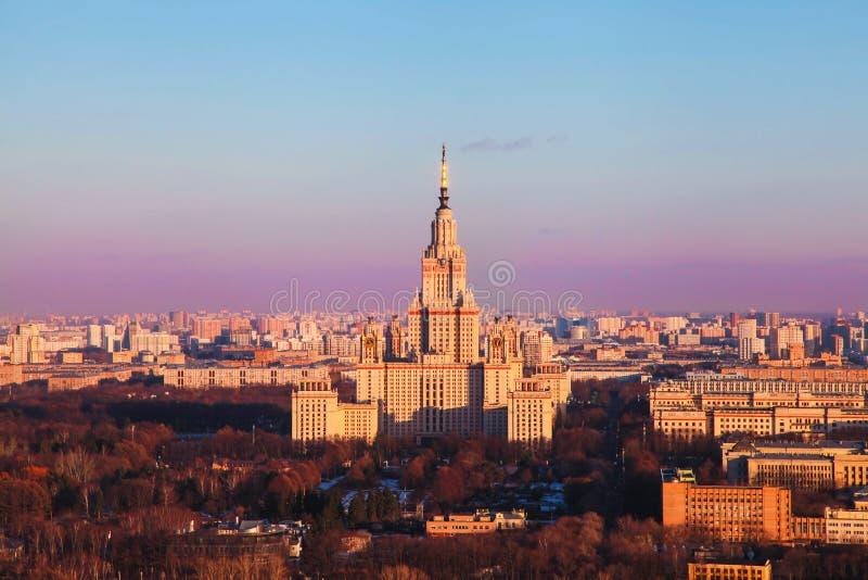 Государственный университет Москвы на восходе солнца E r стоковое изображение rf