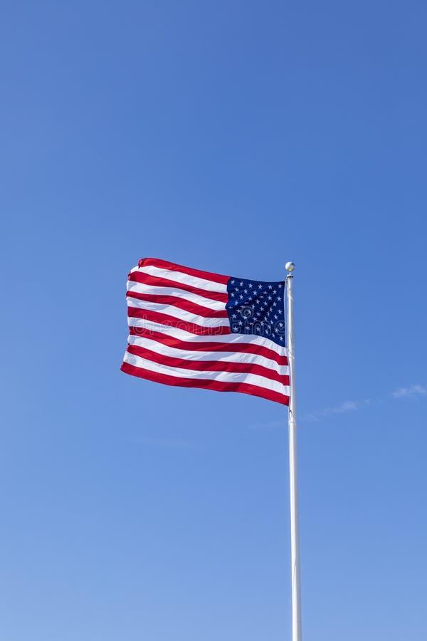 Государственный флаг сша под голубым небом стоковое изображение