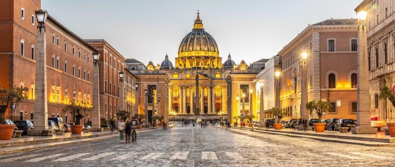 Государство Ватикан к ночь Загоренный купол базилики St Peters и квадрат St Peters в конце через della Conciliazione стоковое изображение rf