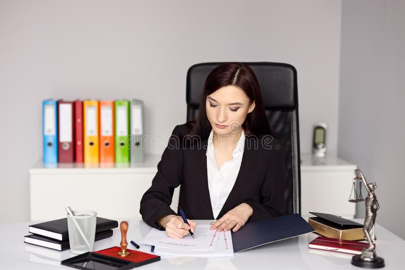 Государственный нотариус женщины notarizes сила юриста стоковые фотографии rf