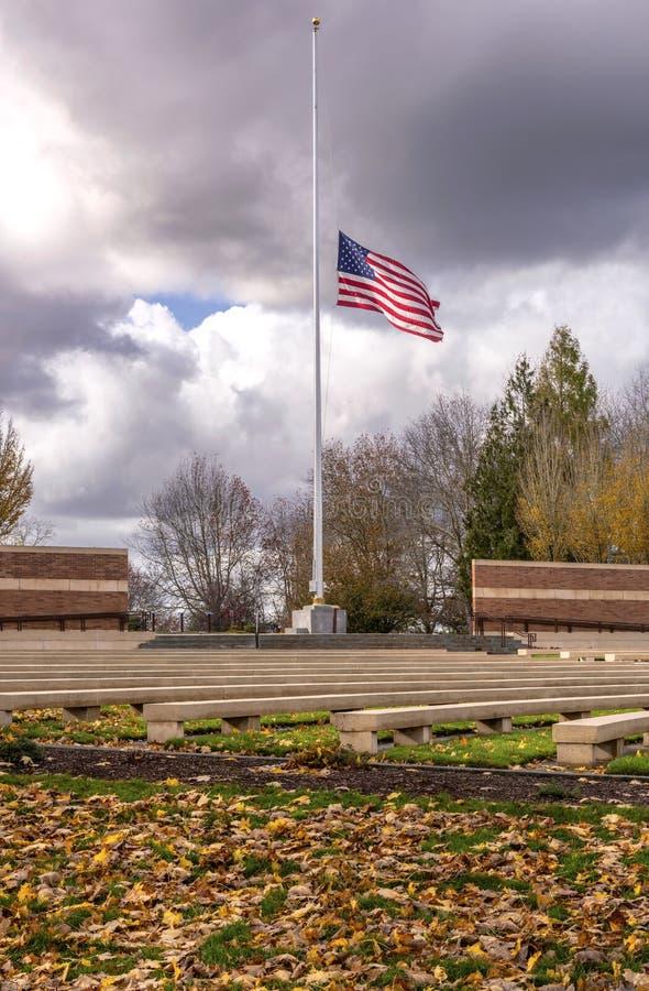 Государственный флаг США развевая в ветре Орегоне стоковое фото
