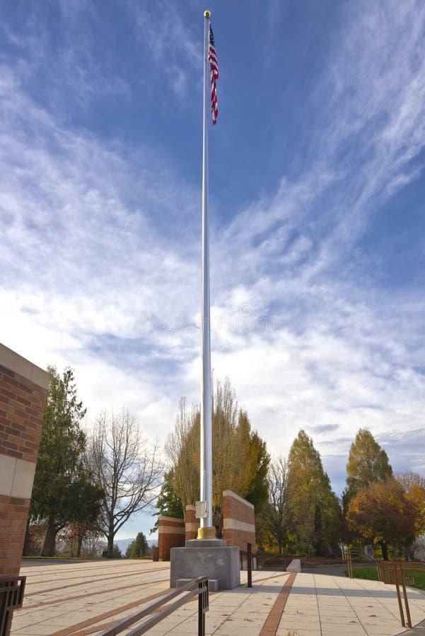 Государственный флаг США развевая в ветре Орегоне стоковые фото