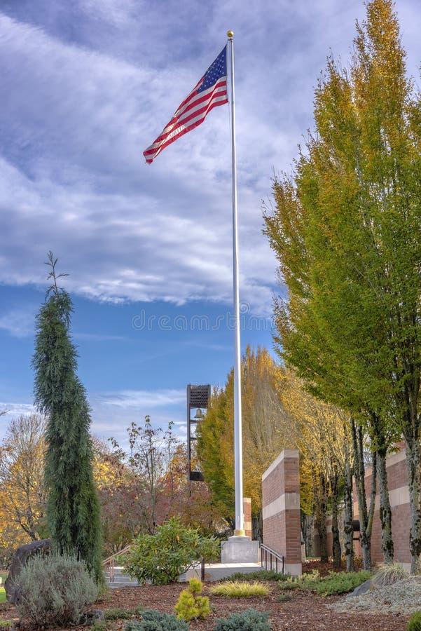 Государственный флаг США развевая в ветре Орегоне стоковые изображения