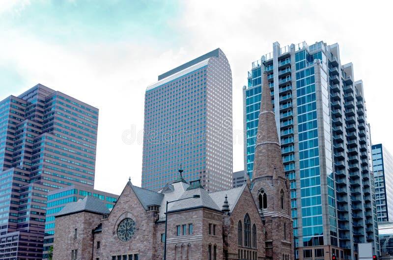 Готическая церковь против небоскребов стоковая фотография rf