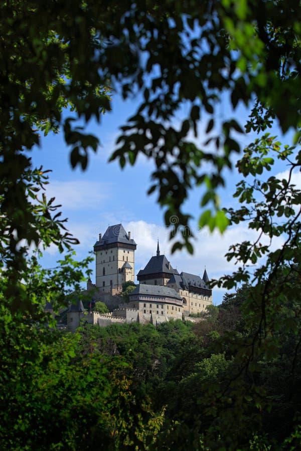 Готический королевский замок Karlstejn в зеленом окне во время лета, центральной Богемии леса, чехии, Европе стоковое изображение