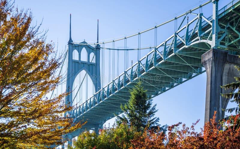 Готический мост St. Johns drawstring в Портленде окружил autu стоковое изображение rf