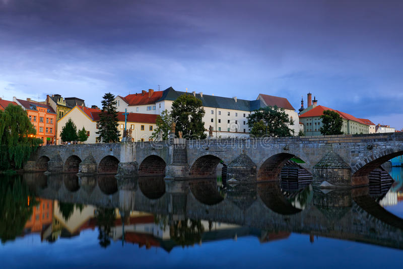 Готический средневековый каменистый мост на реке Otava Городок Pisek самого старого моста исторический, южная Богемия, чехия, Евр стоковое изображение rf