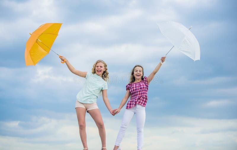 Готовы к новым приключениям защищено осенним днем счастливые маленькие девочки с зонтиком позитивное и светлое настроение наилучш стоковое фото