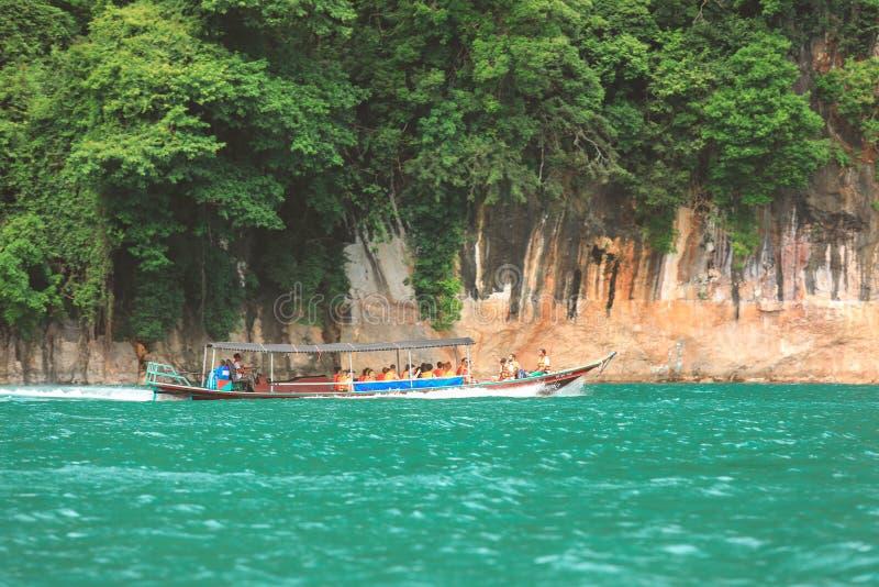 Готовящ фотографию Krabi, Таиланд - 3-ье февраля 2018: Туристское перемещение группы шлюпкой длинного хвоста на море Andaman стоковая фотография rf