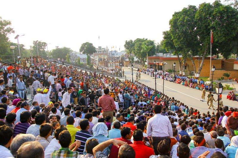 15,2018 -го август, граница Wagha, Амритсар, Индия Индийская толпа веселя и празднуя индийское событие Дня независимости выполнил стоковые фотографии rf