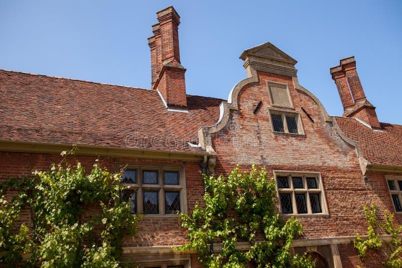 Голландская крыша щипца Архитектурноакустическое строение красного кирпича детали на период стоковые изображения