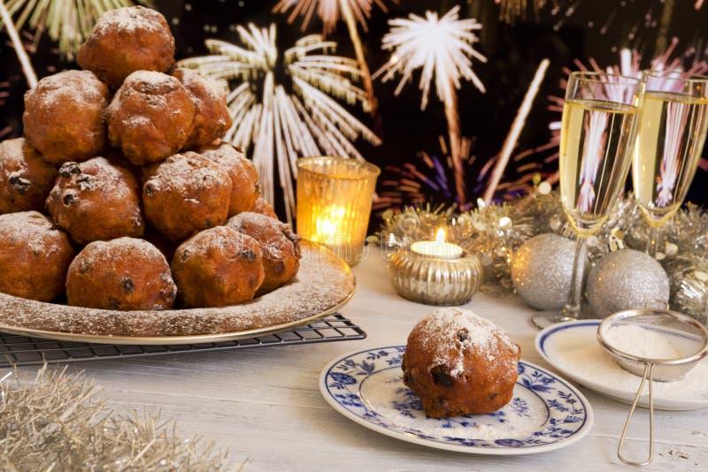 Голландская Новогодняя ночь с oliebollen, традиционное печенье стоковые изображения rf