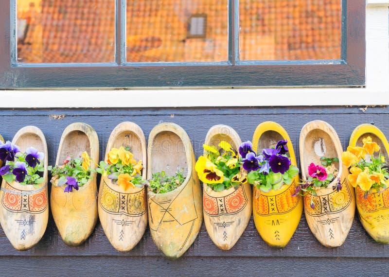 голландские ботинки традиционные стоковые фотографии rf