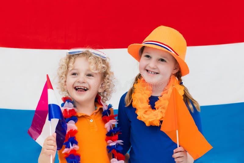 Голландские дети Дети с флагом Нидерландов Вентиляторы Голландии стоковые изображения rf