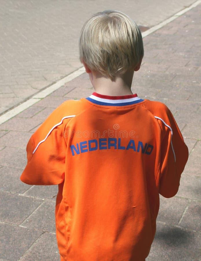 Голландский мальчик в оранжевом костюме для Kingsday и футбола стоковое фото rf