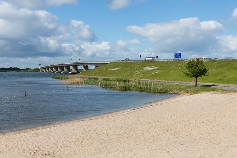 Голландский пляж и конкретный мост между Emmeloord и Lelystad стоковое изображение