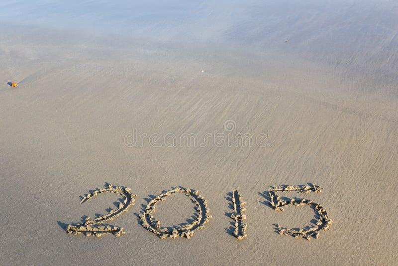 Год 2015 номеров написанных на песчаном пляже стоковые фотографии rf