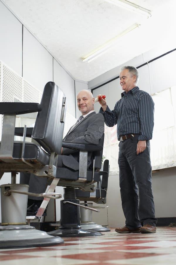 Голова бизнесмена чистки парикмахера после стрижки стоковая фотография rf