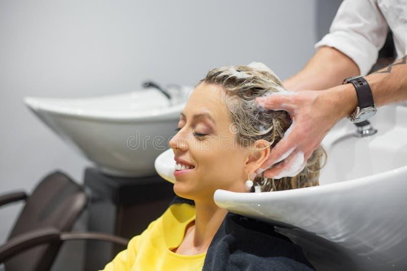 Голова женщины моя в парикмахерской стоковые фотографии rf