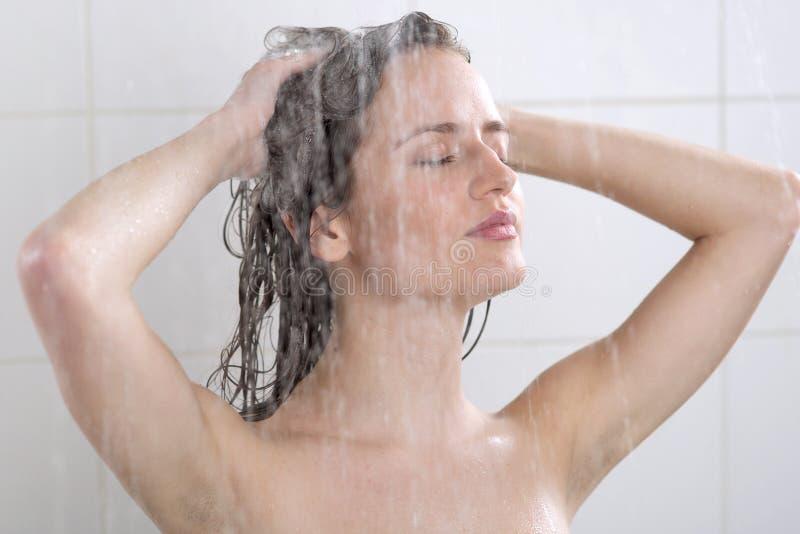 Голова женщины моя с шампунем стоковое фото rf
