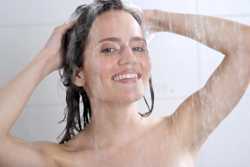 Голова женщины моя с шампунем стоковое фото