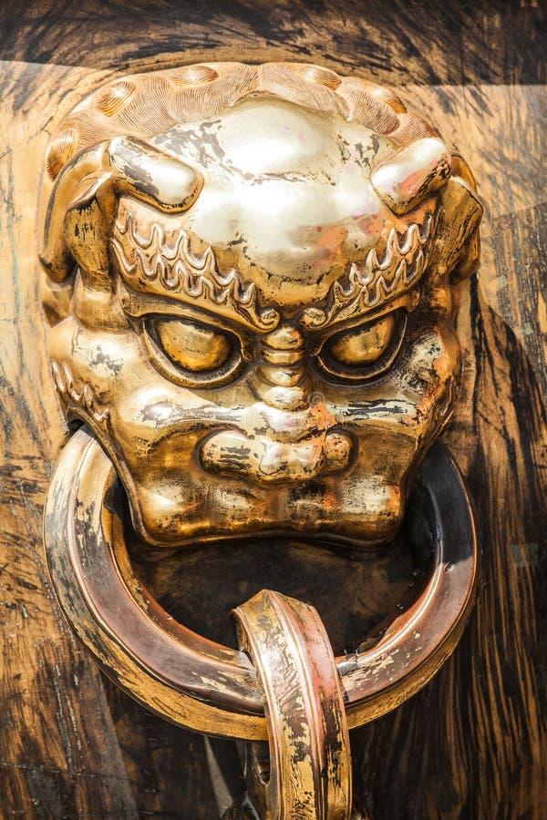 Голова ручки дракона в старом китайском дворце стоковое фото rf