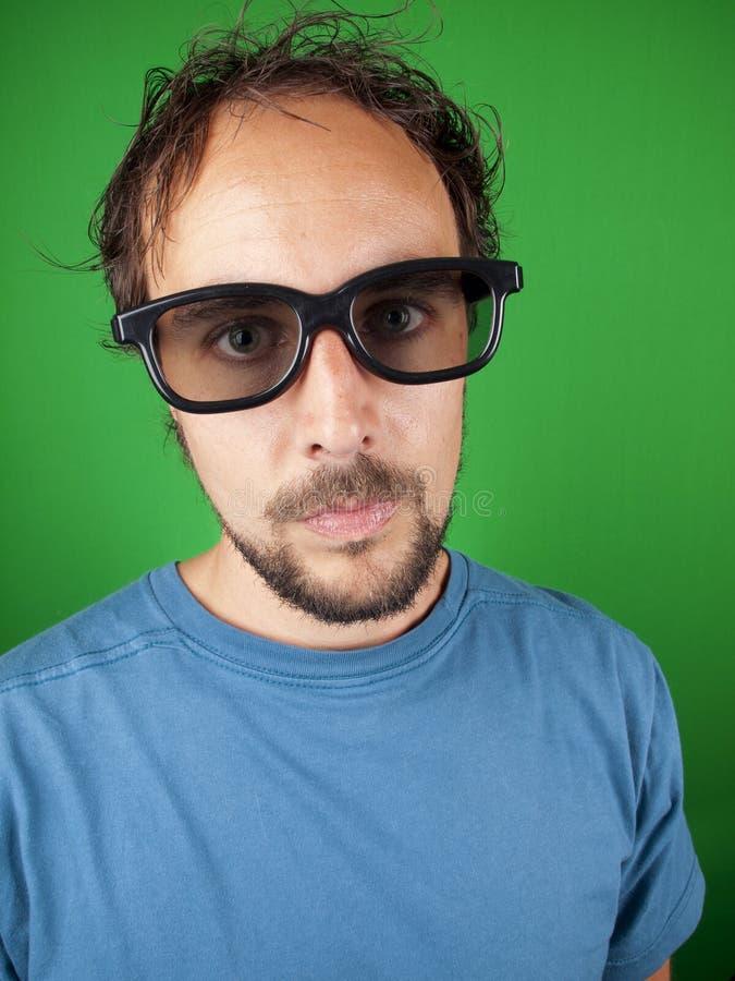 Годовалый человек 30 с стеклами 3d смотрит сверлильное кино стоковая фотография