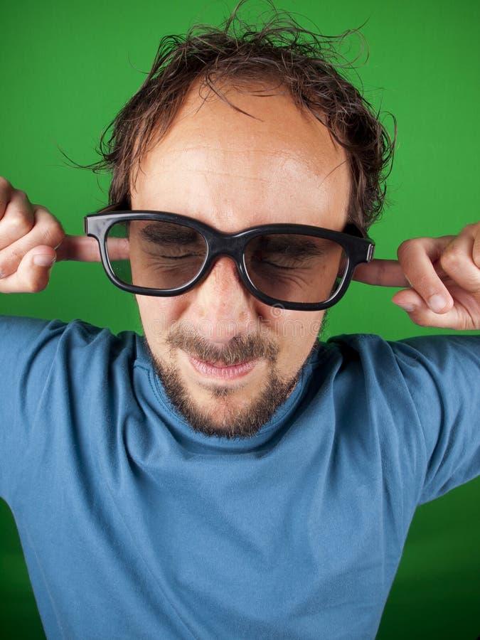 Годовалый человек 30 с стеклами 3d слишком испуган наблюдать стоковое изображение rf