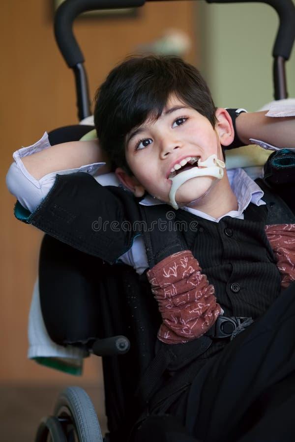 Годовалый biracial усмехаться и relaxi мальчика красивые неработающие 8 стоковое изображение
